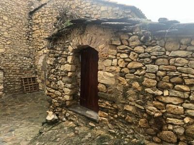 L'Ajuntament col.loca una nova porta al Cementiri de La Clua.