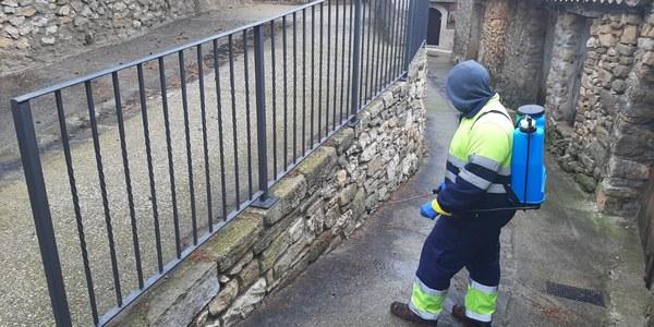 L'Ajuntament neteja amb desinfectant els carrers dels pobles del municipi